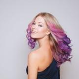 Покрашенные волосы Портрет усмехаясь женщин с летанием Ombre градиент Стоковые Изображения RF