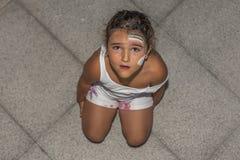 Покрашенные выражение удивленное девушкой стороны и радуга Высокий угол Стоковая Фотография RF