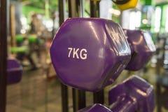 Покрашенные гантели в спортзале Стоковые Фото