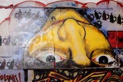Покрашенные граффити фантазии в покинутой структуре стоковое фото