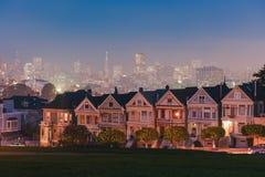 Покрашенные дамы Сан-Франциско вечером стоковая фотография rf