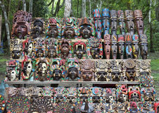 Покрашенные деревянные майяские маски для продажи в Chichen Itza Стоковые Изображения