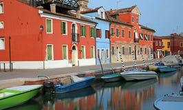 покрашенные дома на острове Burano в Венеции в Италии с t Стоковая Фотография RF