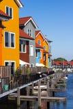 покрашенные дома приближают к воде Стоковое Изображение RF