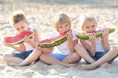покрашенные дети предпосылки черные играть формы 3 Стоковые Фото