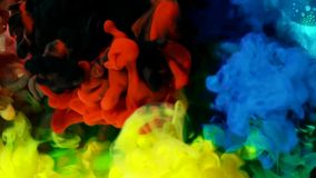 Покрашенные жидкости смешали совместно в жидкости создавая красочную абстрактную картину стоковые фото