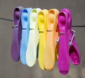 Покрашенные зажимки для белья на веревочке Стоковое Фото