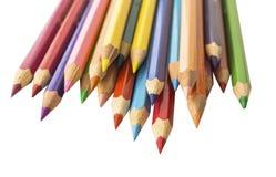 Покрашенные заточенные карандаши на белой предпосылке стоковое изображение