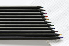 покрашенные заточенные карандаши стоковое изображение
