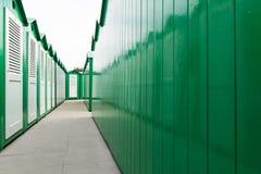 Покрашенные зеленым цветом кабины пляжа с белыми дверями Стоковая Фотография RF