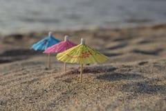 Покрашенные зонтики на пляже на песке Стоковая Фотография RF