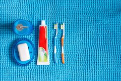 Покрашенные зубные щетки, тюбик зубной пасты, голубой распределитель для liq Стоковые Изображения