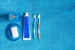 Покрашенные зубные щетки, тюбик зубной пасты, голубой распределитель для liq Стоковые Фотографии RF