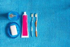 Покрашенные зубные щетки, тюбик зубной пасты, голубой распределитель для liq Стоковая Фотография RF