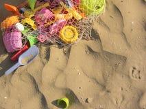 Покрашенные игрушки пляжа над песком Стоковое фото RF