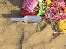 Покрашенные игрушки пляжа над песком Стоковое Фото
