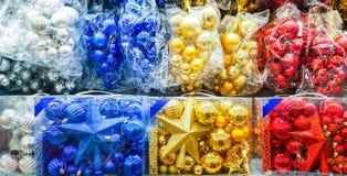 Покрашенные игрушки рождества в магазине Стоковые Изображения