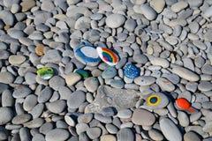 Покрашенные камни Радуга цветков в краске на камнях Стоковое Фото