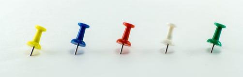Покрашенные канцелярские кнопки для того чтобы вспомнить вещи для того чтобы сделать стоковая фотография rf