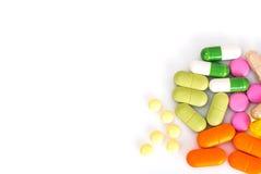 Покрашенные капсулы, пилюльки и медицинская стеклянная бутылка Стоковые Фотографии RF