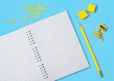 Покрашенные карандаши, блокнот и другие аксессуары школы Стоковое Фото