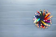 Покрашенные карандаши в жестяной коробке на предпосылке, взгляд сверху Стоковые Изображения RF