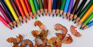 Покрашенные карандаши в рядке стоковое фото rf