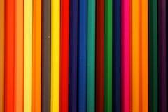 Покрашенные карандаши гребут предпосылку/текстуру стоковая фотография