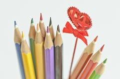 Покрашенные карандаши и красное сердце   Стоковая Фотография RF