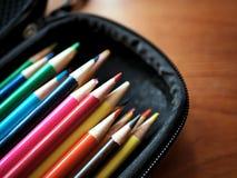 Покрашенные карандаши и поставки искусства в случае если Стоковые Фото