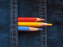 Покрашенные карандаши на джинсовой ткани проекты интернета предпосылки искусства возможные, котор нужно использовать Стоковое Изображение