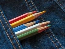Покрашенные карандаши на джинсовой ткани проекты интернета предпосылки искусства возможные, котор нужно использовать Стоковые Фото