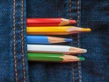 Покрашенные карандаши на джинсовой ткани проекты интернета предпосылки искусства возможные, котор нужно использовать Стоковое фото RF