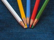 Покрашенные карандаши на джинсовой ткани проекты интернета предпосылки искусства возможные, котор нужно использовать Стоковая Фотография RF