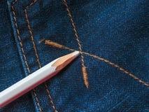 Покрашенные карандаши на джинсовой ткани проекты интернета предпосылки искусства возможные, котор нужно использовать Стоковые Изображения