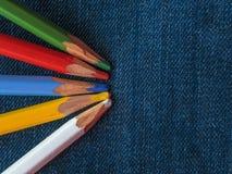 Покрашенные карандаши на джинсовой ткани проекты интернета предпосылки искусства возможные, котор нужно использовать Стоковое Изображение RF