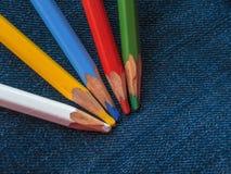Покрашенные карандаши на джинсовой ткани Стоковые Фото