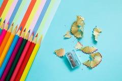 Покрашенные карандаши, погань и нашивки радуги красочные стоковые изображения