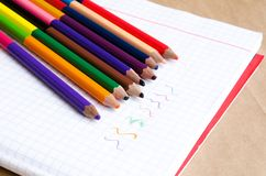 Покрашенные карандаши с покрашенными нашивками затем Пестротканые нашивки Покрашенные карандаши для детей Рисовать с детьми Худож стоковое изображение rf