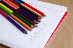 Покрашенные карандаши с покрашенными нашивками затем Пестротканые нашивки Покрашенные карандаши для детей Рисовать с детьми Худож стоковое фото rf