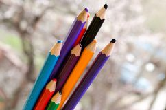 Покрашенные карандаши с покрашенными нашивками затем Пестротканые нашивки Покрашенные карандаши для детей Рисовать с детьми Худож стоковое фото