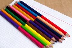 Покрашенные карандаши с покрашенными нашивками затем Пестротканые нашивки Покрашенные карандаши для детей Рисовать с детьми Худож стоковая фотография rf