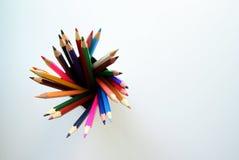 Покрашенные карандаши внутри жестяной коробки на белой предпосылке Стоковые Фотографии RF