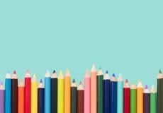 Покрашенные карандаши в расположении на белой предпосылке Стоковое Изображение