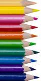 Покрашенные карандаши в ряд, изолированный на белой предпосылке стоковые изображения
