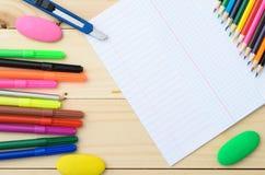 Покрашенные карандаши и бумага Стоковая Фотография RF