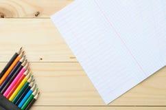 Покрашенные карандаши и бумага Стоковое Изображение
