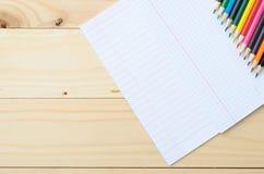 Покрашенные карандаши и бумага Стоковые Фотографии RF