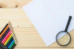 Покрашенные карандаши и бумага Стоковые Фото