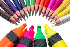 Покрашенные карандаши и ручка войлок-подсказки Стоковые Изображения RF